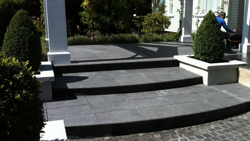 T-Stone Basalto Flamed steps & T-Stone Cobbles 10x10